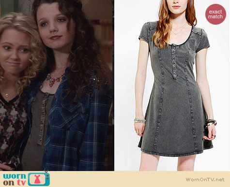 Dorrit's grey button up dress on The Carrie Diaries. Outfit Details: http://wornontv.net/24599 #TheCarrieDiaries #fashion
