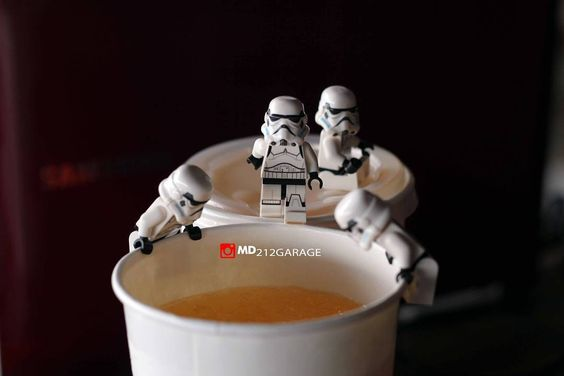 Ehh si troper mau minum es jeyuk.... . Waiting . . #lego #legostagram #toy #toyphotography #actionfigurephotography #actionfigure #figure #spiderman #legophotography #troopers #troper #starwars by md212garage02