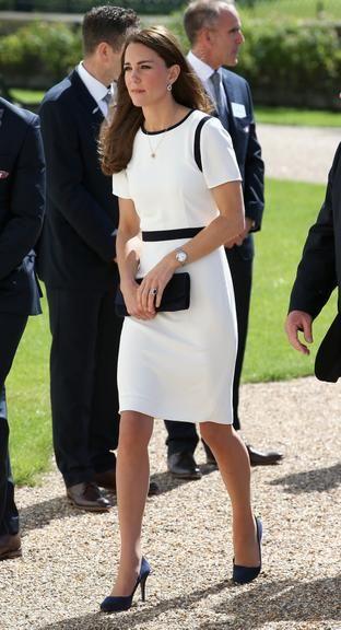 Kate Middleton usa vestido de promoção durante evento real. A mulher do Príncipe William visitou o Museu Nacional Marítimo nesta terça-feira, 10, com um vestido da marca Jaeger de R$ 366.