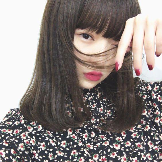 髪を触る田中芽衣