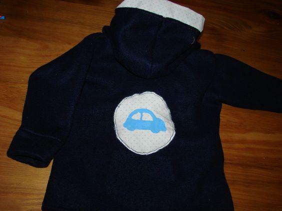 Campera polar para niño 24 meses con apliques pintados a mano, detalle de la espalda