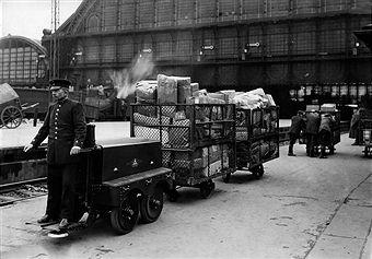 Paketpost: Ein elektrischer Motor-Gepäckwagen auf dem Schlesischen Fernbahnhof in Berlin (1924)