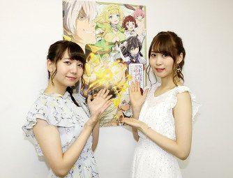 ポスターの前の芹澤優さんと和氣あず未さん