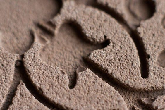 Petit plateau ovale en béton gravé marron croquebeton.etsy.com