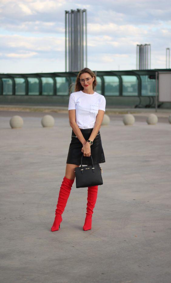 Botas altas rojas y falda cuero mango, camiseta basica blanca bolsillo volantes zara, bolso sienna Jones, gafas aviador