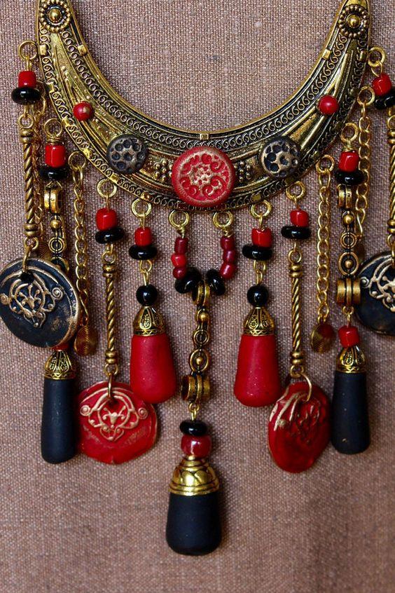 Collier plastron ethnico-bohème noir-rouge-or. par MesOdalisques