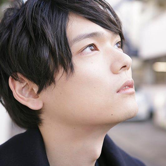 上を見上げている古川雄輝のかわいい画像