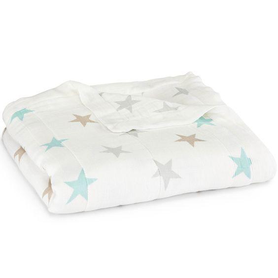 La couverture Milky way blanche à étoiles de la marque Aden + Anaïs protègera du froid votre enfant, à la maison, dans la poussette ou dans la voiture.