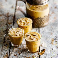 Roer in een hittebestendig glas de suiker door de espresso tot alle korreltjes zijn opgelost. Schenk dan in een blender, voeg de melk en 2 handenvol ijsblokjes toe, en mix tot de gewenste dikte. Schenk de ijskoffie in glazen en serveer meteen.    Voeg...