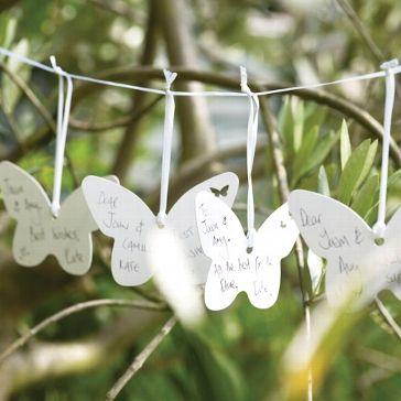 Kleine Schmetterlinge auf die jeder Hochzeitsgast seine Wünsche an das Brautpaar schreiben kann und diese können dann als Dekoelement aufgehängt werden.