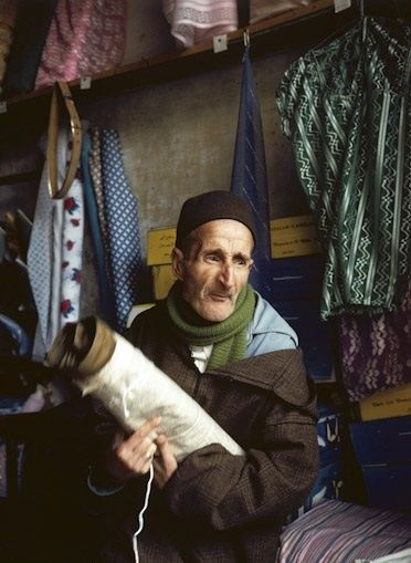 Au mellah de Sefrou, un commerçant juif de tissus et sa femme - 1980