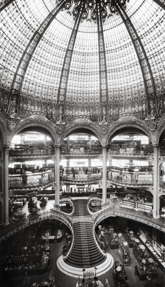 L'architecture des Galeries Lafayette de Paris relève d'une grande technicité et s'inspire du style byzantin. La coupole est elle aussi fabuleuse grâce à ses nombreux vitraux. Avec ses balcons, le centre commercial rappelle les édifices d'opéra. Galeries Lafayette Haussmann . (Sylas A.)