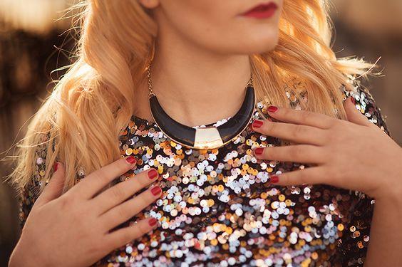 Schwarze Halskette mit rotem Nagellack und rotem Lippenstift