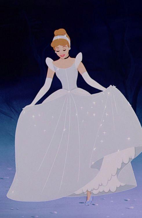 ドレスの裾を持つシンデレラ