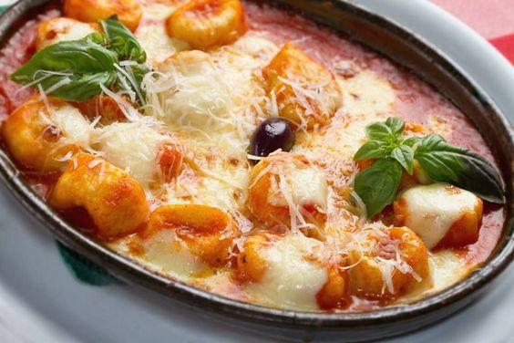Ingrédients 1 paquet de gnocchi 1 boule de mozzarella 200 g de coulis de tomate 1 échalote dusucre Ail et basilic frais Sel, poivre Préparation 1- Préchauffer le four à 220°C. 2- Dans une poêle, faire revenir l'échalote dans un filetd'huile d'olive. 3- Rajouter le coulis de tomate, l'ail, le sucre, le basilic, et un
