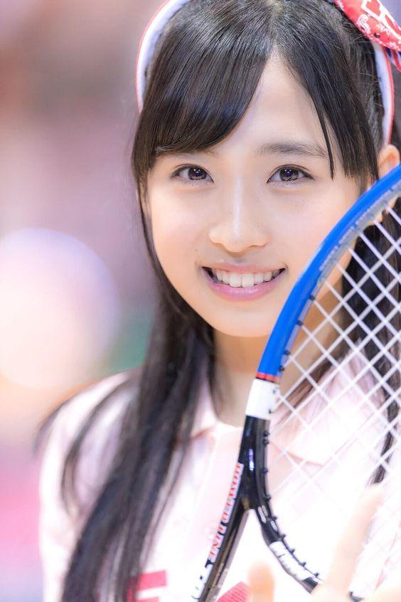 テニスラケットを持った小栗有以のかわいい画像