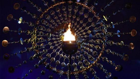 La flamme olympique lors de son embrasement dans le stade Maracaña lors de la cérémonie d'ouverture des JO de Rio.