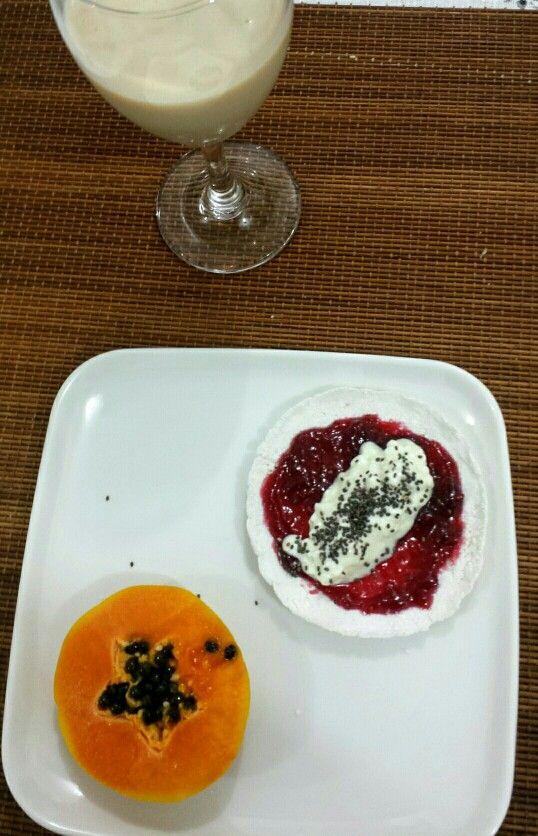 Café da manhã saudável: tapioca com geléia de framboesa, queijo cottage sem lactose e chia. Mamão papaia. Leite de soja sabor coco.