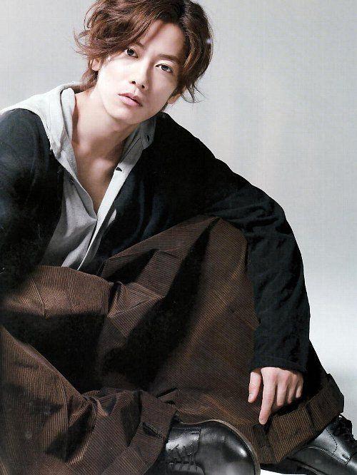 外ハネゆるパーマスタイルの佐藤健の髪型