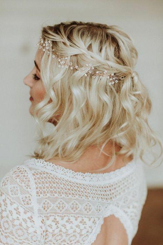 coiffure mariage cheveux court, carré blond wavy coiffure mariage tresse autour du crane, retenue en arrière avec un élastique coloré en bronze, headband cheveux courts avec des petites gouttelettes et fleurs