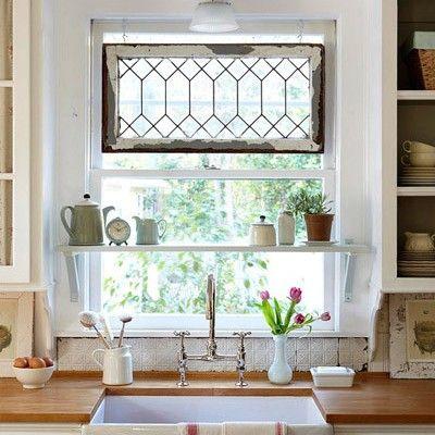 Una ventana encima del fregadero