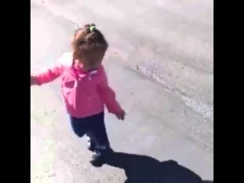 Criança tem medo da sua própria sombra ! muito engraçado - YouTube