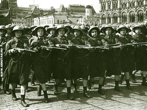 Члены общества  ОСОАВИАХИМ маршируют по Красной площади