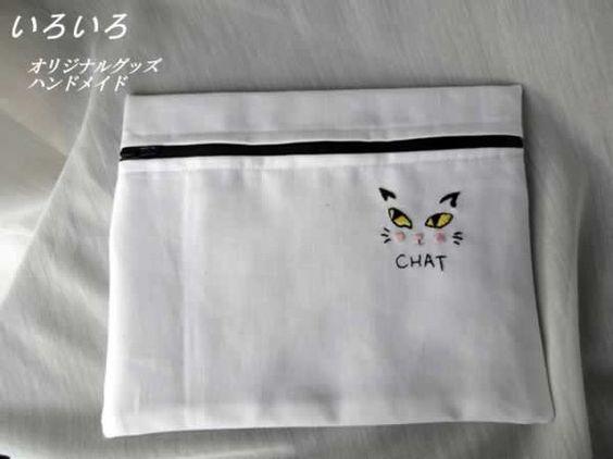 白い生地にオリジナルの猫の刺繍をしてポーチをつくりました。裏は、猫ちゃんの肉球足跡♪を刺繍しました。内側は白ベースの猫プリントの生地です。<素材>表 地 : ... ハンドメイド、手作り、手仕事品の通販・販売・購入ならCreema。
