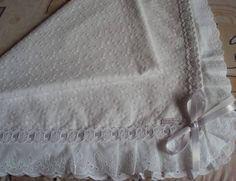 Manta para bebê em laise, enfeitada com bordado inglês, passa fita e fita. O padrão do desenho da laise pode ser modificado devido a falta do mesmo. R$ 160,00