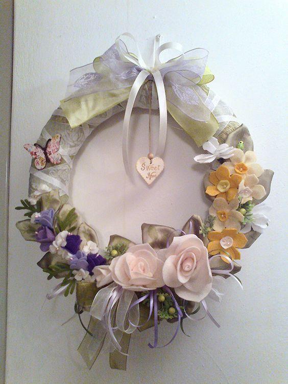 ghirlanda con fiori di feltro di Laura Tosi. https://www.facebook.com/fattoconamorelaura/