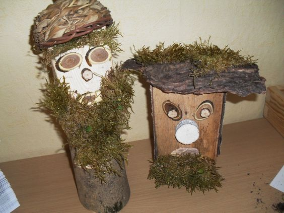 Trolle aus Holz, Rinde und Moos