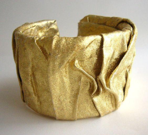 Pulseira de ouro feito de garrafas plásticas recicladas e por dekoprojects