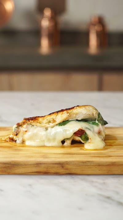 Experimente fazer esse frango recheado com queijo e espinafre é prático, fácil e delicioso!