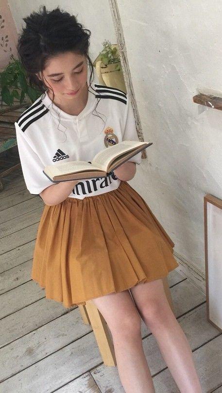 本を読んでいる桜田ひより