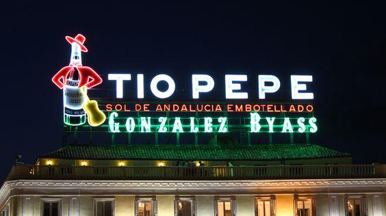 Reapertura del cartel de Tío Pepe en Madrid.