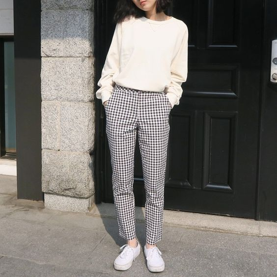 비가오려나 날씨가 너무 어둑어둑해요 top : damage sweat shirt pants : modern check pattern pants:
