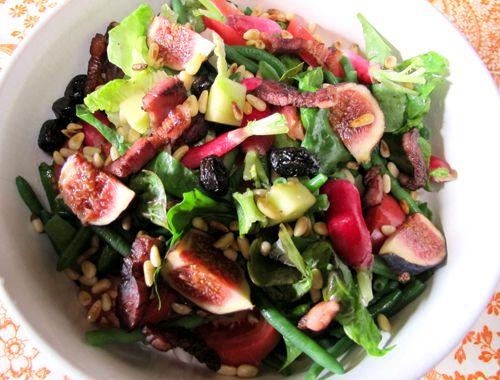 Salade composée aux haricots verts et figues fraiches : haricots verts cuits à la vapeur, rougette, épinards ciselés, tomates, dés de concombre, radis, poitrine fumée et pignons grillés, olives noires, figues.