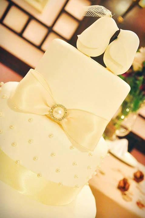 #cherrybolosfake #wedding #bridal #weddingcake #instaweedding #instalove #instagood #porcelanafria #pérola #pearl #details #decor #detalhes #love #cakedesigner #casamento #cakedesign #bolodecadamento #bolo #beautiful #bolocenografico #bolofalso #beauty #bride #biscuit #noiva