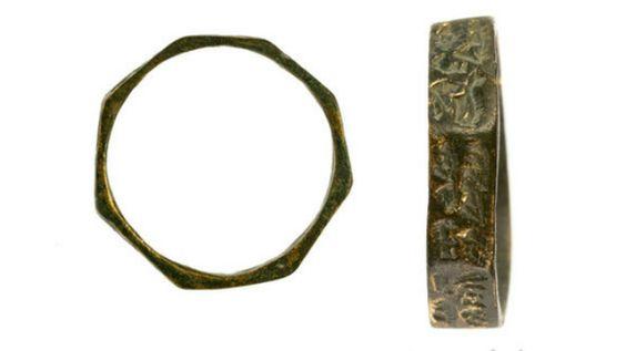 Israël bague octogonale 400 pièces byzantines, 200 lampes à huile samaritaines et des bijoux en or dont une bague octogonale portant une inscription magique, ont été retrouvés dans une fosse à ordures datant de la période byzantine. Le trésor a été découvert au cours de fouilles menées par l'Institut d'archéologie de l'université de Tel-Aviv en collaboration avec l'Autorité des antiquités d'Israël, à une quinzaine de kilomètres au nord de Tel-Aviv, entre Kfar Shmaryaou et Rishpon