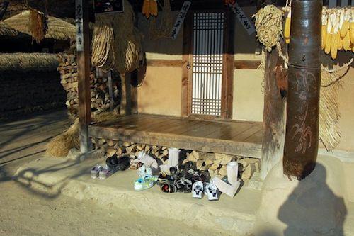 Ở Hàn quốc , khi vào nhà bạn phải bỏ giày ở ngoài