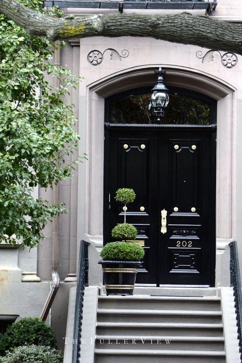 Resultado de imagem para fachada de casas com porta preta