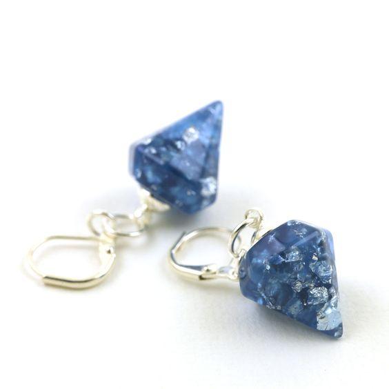 Boucles d'oreilles pendantes, dormeuses pyramides à facettes en résine teintée bleu cobalt avec inclusions de copeaux métalliques argentés