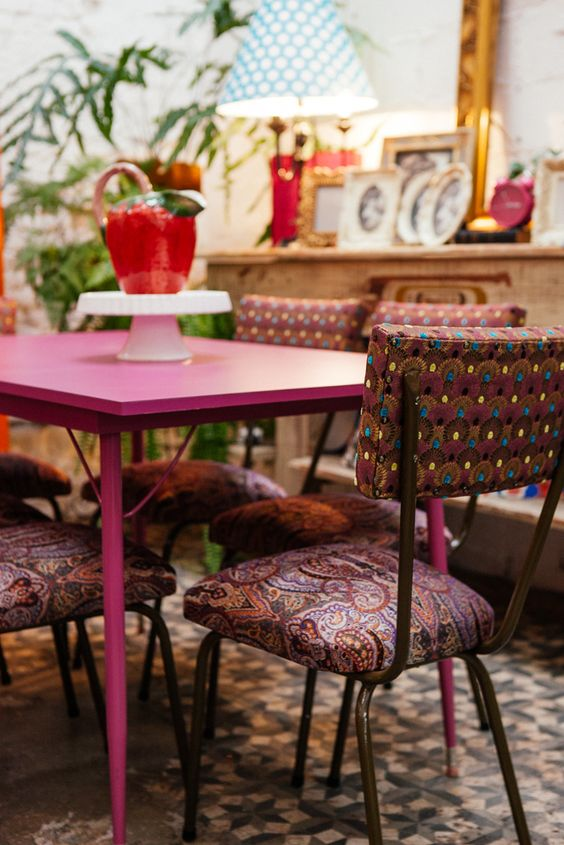 lar doce lar! Estudio Gloria- SP  #vintage #vintage love #pinktable #funchairs #decor #design #retro