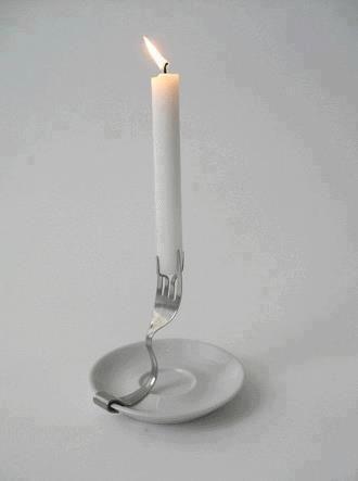 Un portavelas con un tenedor