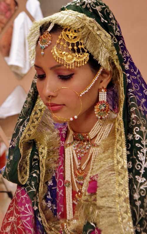 Noiva muçulmana com jóias tradicionais