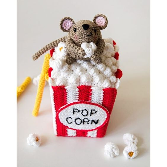 SnapWidget | Le votazioni sono ancora in corso! E Steno continua a rubare popcorn.  Voting is still open! And Steno is still stealing popcorn.  How cute is this!