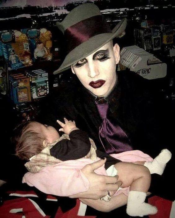 赤ちゃんを抱っこするMarilyn Manson