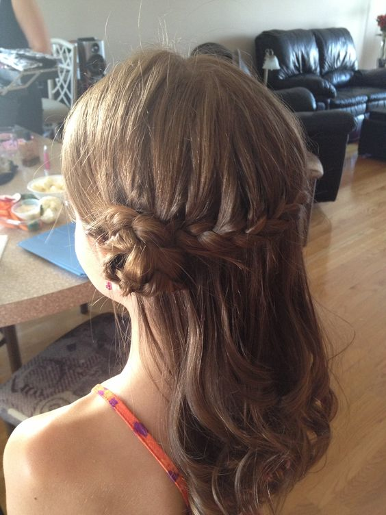 Easy, fast, cute flower girl's hairdo: play with braids