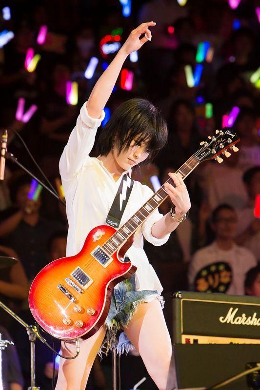 ギターを弾く山本彩