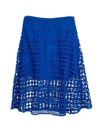 Falda de tejido en azul cobalto, Mango - InDigital Images / Cortesía de las marcas